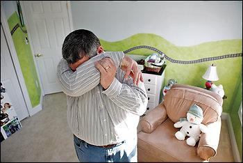 Майлз Харрисон в пустой детской комнате своего дома